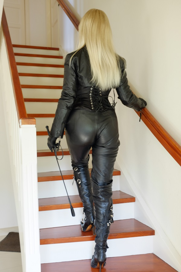 dominatrix dinah blond lether