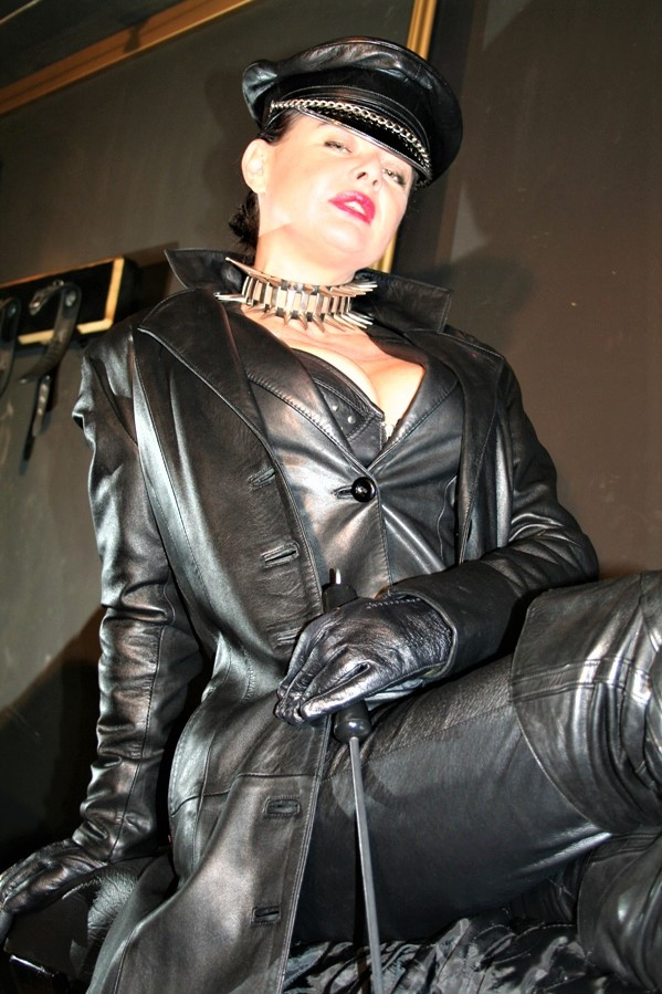 dominatrix dinah leather goddess