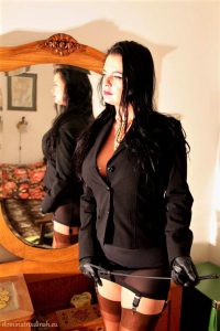dominatrix dinah whipping session